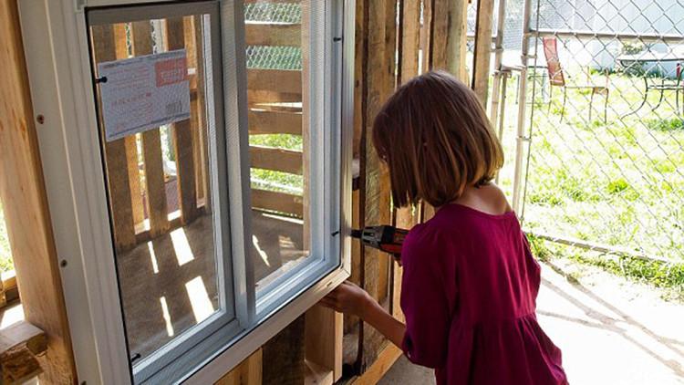 """Niña de 9 años construye casas para sintecho: """"Todo el mundo debe tener un lugar para vivir"""""""
