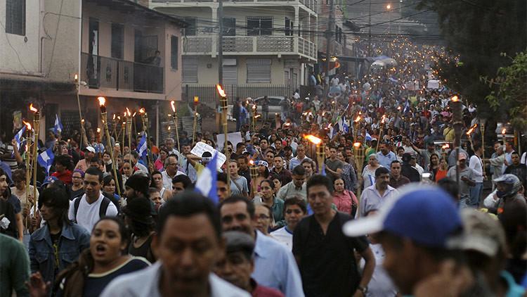 Fotos: Miles marchan con antorchas en Honduras exigiendo la dimisión del Gobierno