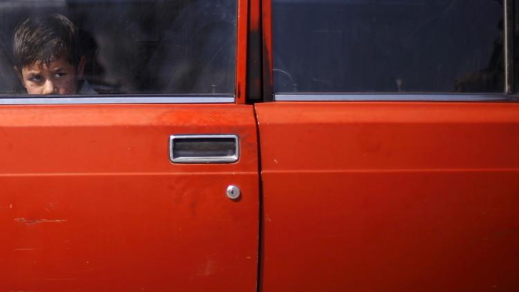 Acusada de dejar a sus hijos en un auto a altas temperaturas llega a la corte y repite el delito