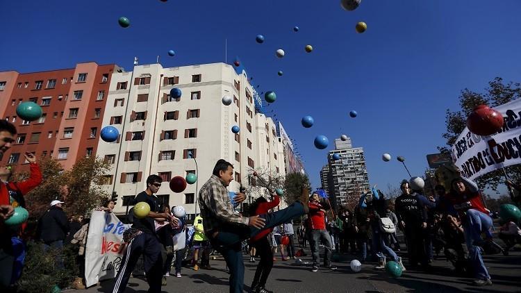 #CopaAméricaDeLaEducacion: Estudiantes chilenos lanzan insólita acción de protesta (VIDEO)