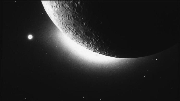¿De dónde proviene la gigante nube de polvo que rodea la Luna?
