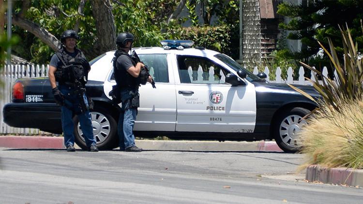 FUERTES IMÁGENES: Policías disparan en la cabeza a un hombre desarmado... y después lo esposan