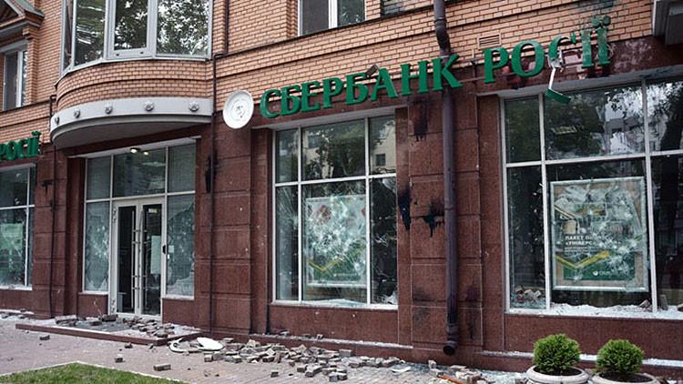 Video: Se registran en Kiev 2 explosiones ante sucursales del mayor banco ruso