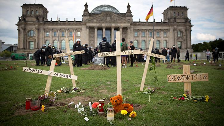 Fotos, Video: Alemanes cavan un centenar de 'tumbas' en solidaridad con los migrantes