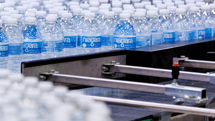 EE.UU.: retiran del mercado varias marcas de agua embotellada debido a contaminación con E. coli