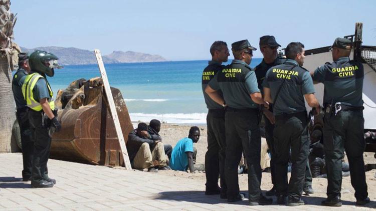 Video: Narcotraficantes descargan la droga en plena luz del día en una playa española