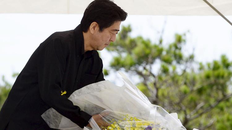 Abuchean al primer ministro de Japón durante una ceremonia en Okinawa