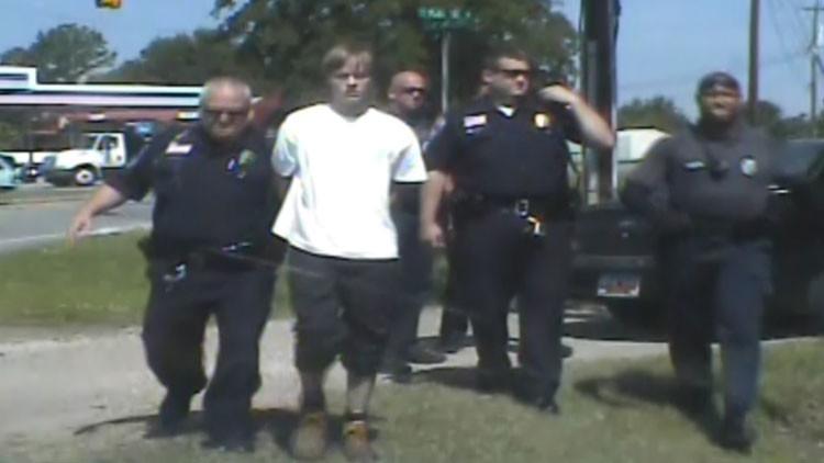 Críticas tras difundirse el video del 'correctísimo' arresto del autor de la matanza de Charleston