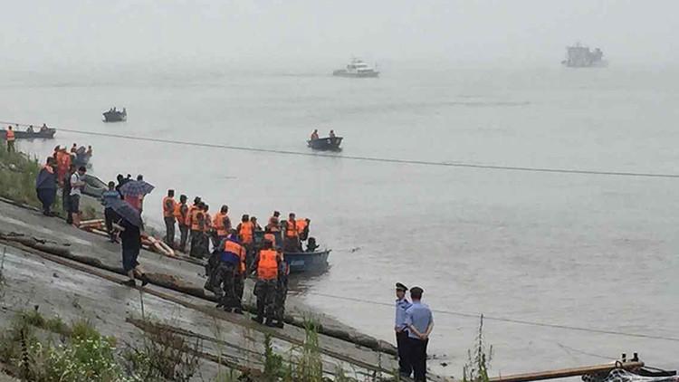 Naufraga en China un barco con más de 450 personas a bordo