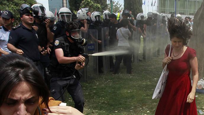 Sentencian a plantar 600 árboles al agente que atacó a 'la mujer en rojo' en Turquía