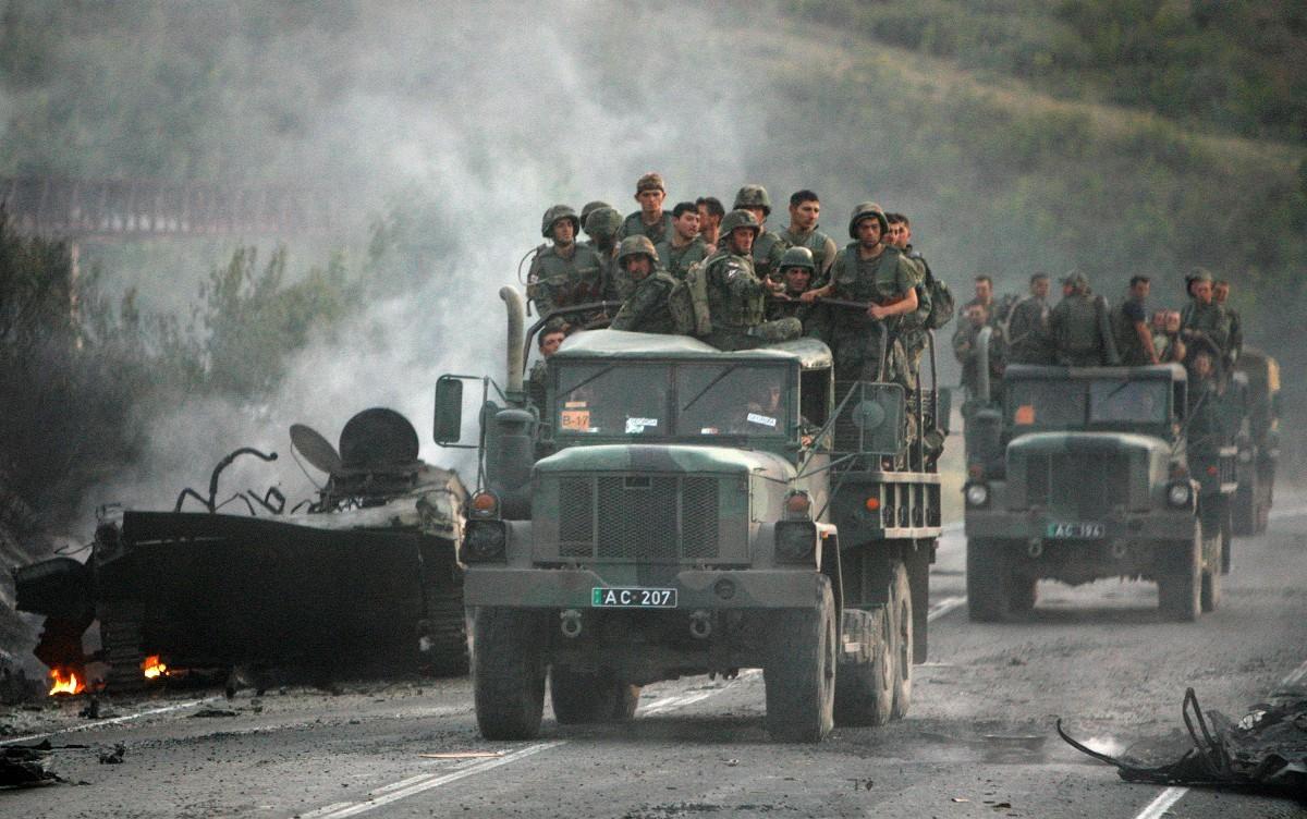 Los soldados de Georgia se retiran de la zona del conflicto hacia el interior del país.