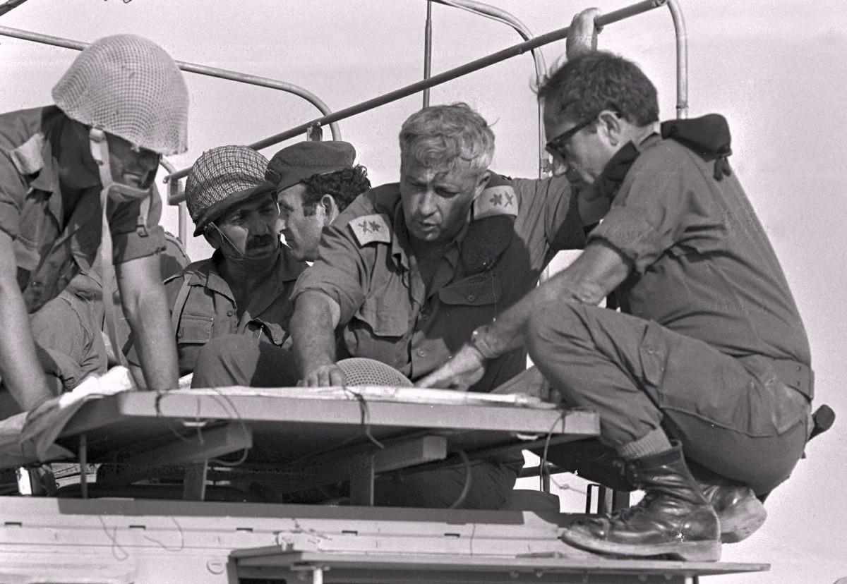 El entonces general mayor israelí Ariel Sharon dirige la maniobra de una brigada en 1973