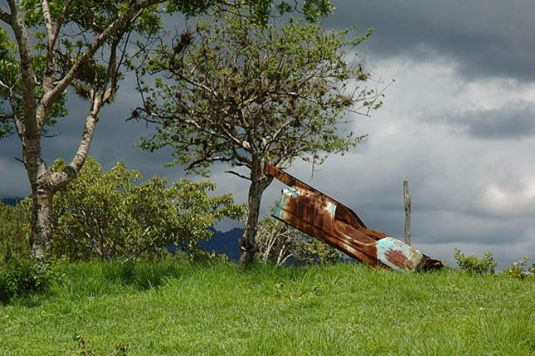 Restos de un avión hondureño derribado en la localidad de Entre Pinos, en El Salvador.