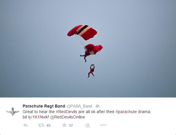 Paracaidista atrapa compañero vuelo
