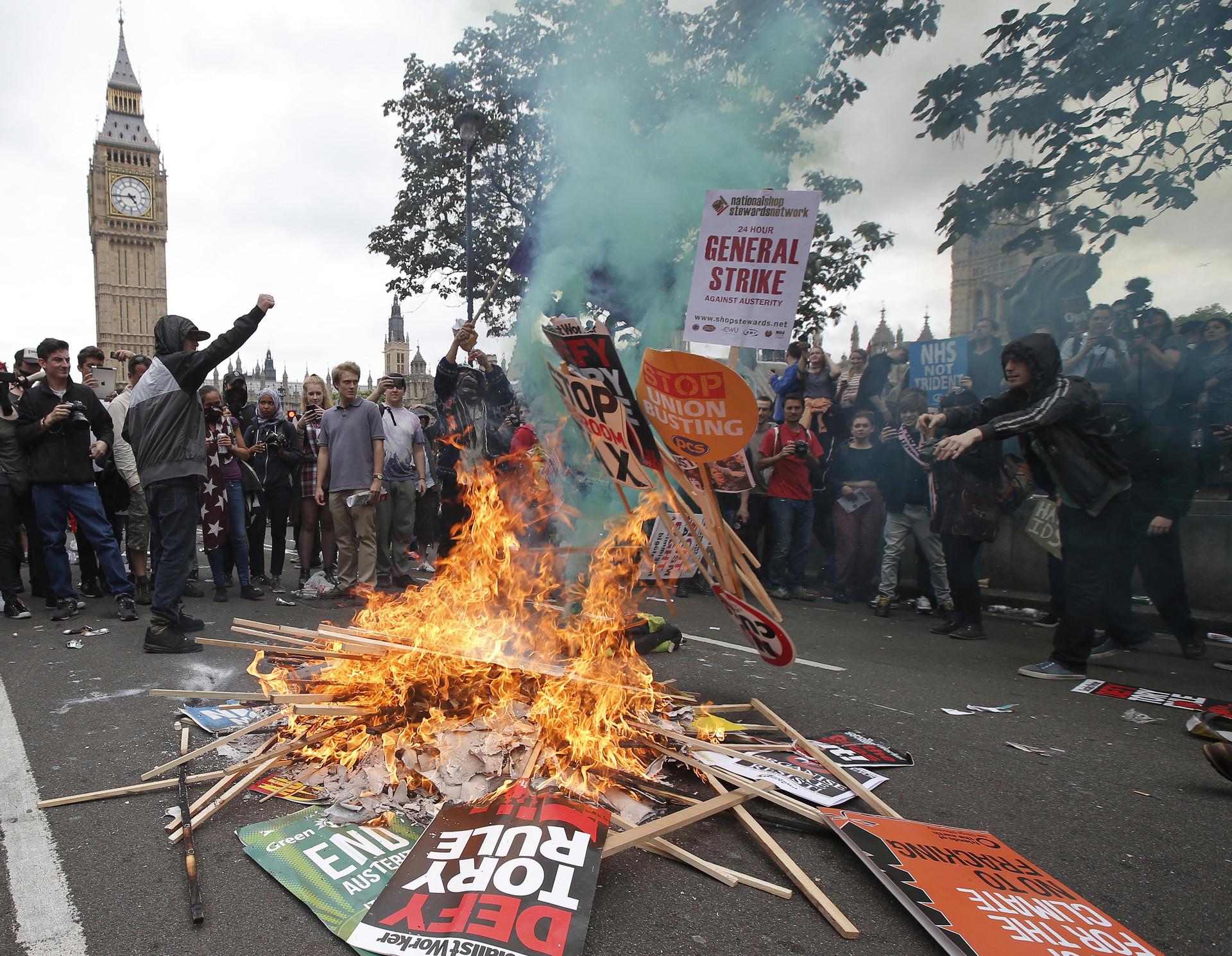 Miles de personas protestan contra la austeridad en Londres