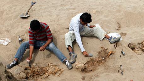 Descubren en Perú un templo y 14 tumbas funerarias preincas