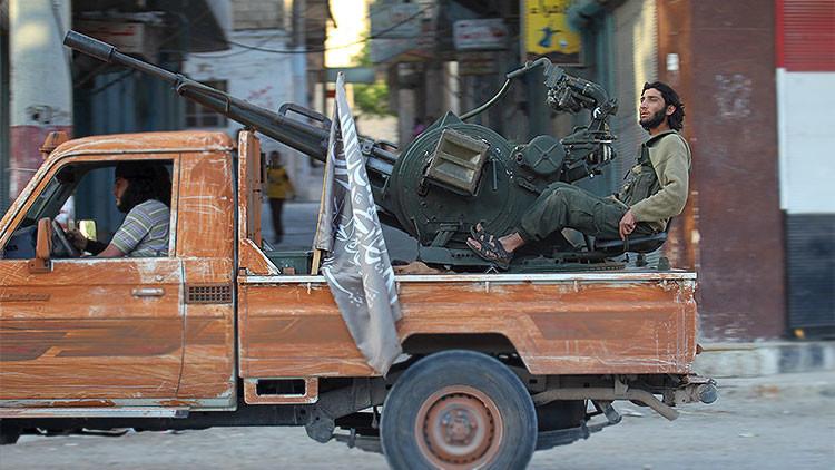 Viceversa: Milicianos de Al Qaeda vestidos de víctimas ejecutan a verdugos del Estado Islámico