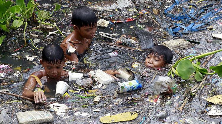 Fotos impactantes: Niños filipinos hurgan en ríos de basura para sobrevivir