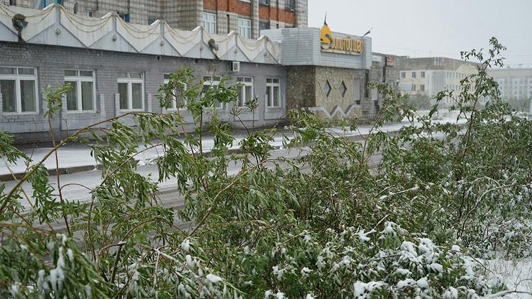 Julio de nieves: Fuertes nevadas cubren la ciudad rusa de Vorkutá (Video, Fotos)
