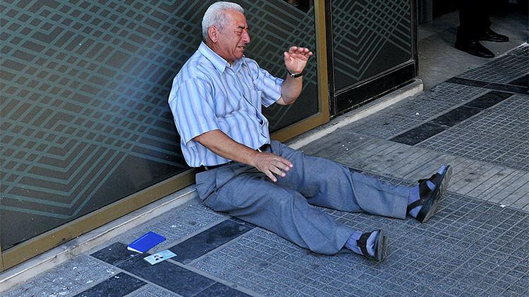 La foto que conmociona la Red: Un jubilado griego llora a las puertas de un banco