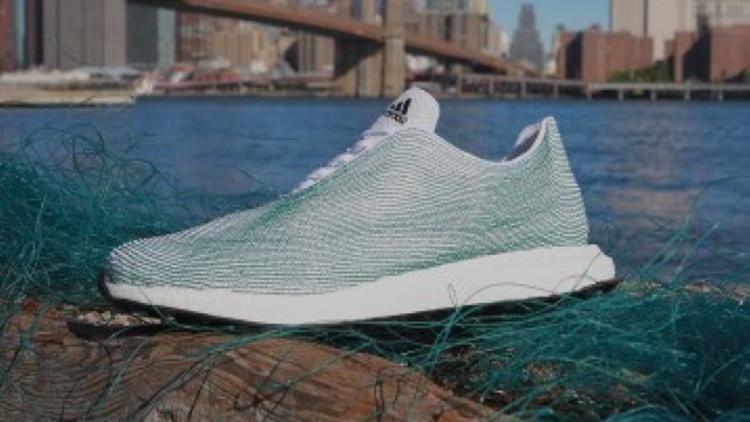 ¿Una solución para la contaminación marina?: Crean zapatillas a partir de basura oceánica