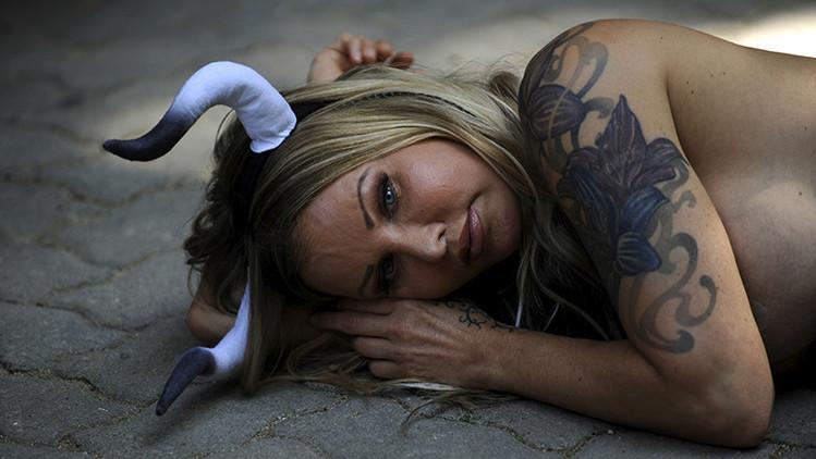 España: Antitaurinos se desnudan y 'sangran' contra los Sanfermines (fotos)