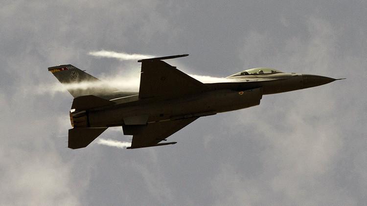 Un caza militar F-16 choca con una avioneta en EE.UU.