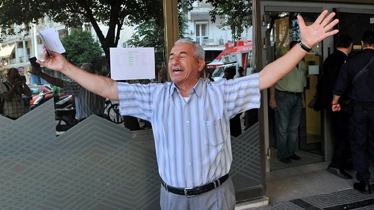 El jubilado desesperado, rostro de Grecia, recibirá ayuda desde el otro lado del mundo
