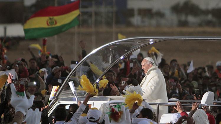 El papa Francisco consume hoja de coca en su vuelo de Ecuador a Bolivia