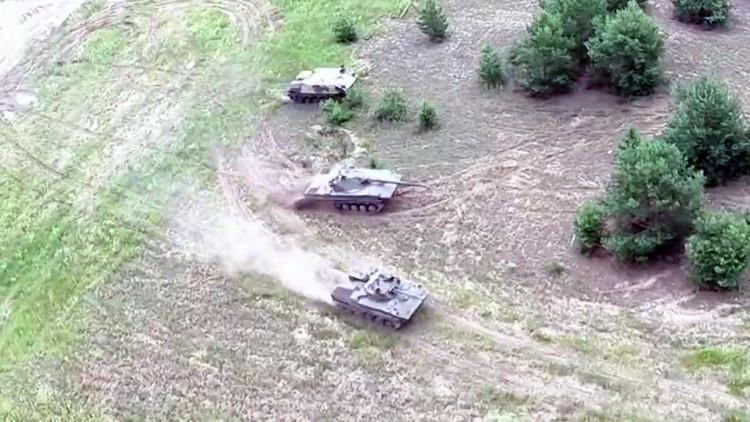 Video: un dron capta nuevos vehículos de combate de Rusia en plena acción