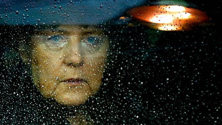 """""""Le piden a Grecia que se ponga un arma en la cabeza"""": Economistas envían una carta a Merkel"""