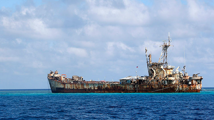 Filipinas fondea y repara un barco oxidado en el mar en disputa con China