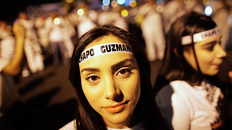 Muchos lo odian pero otros lo quieren: Mexicanos marchan para apoyar al 'Chapo'