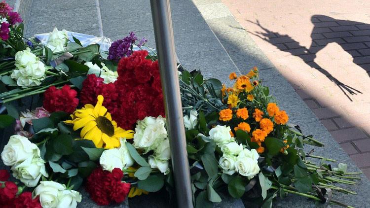 Lavrov deposita flores en la embajada de los Países Bajos en Moscú