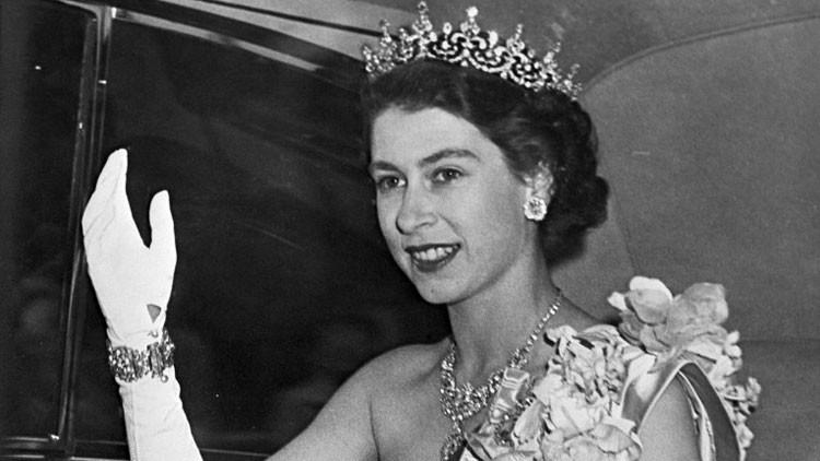 Video: Polémicas imágenes de Isabel II haciendo el saludo nazi cuando era niña