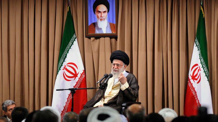 """Alí Jamenei: La política de Irán contra el """"arrogante"""" EE.UU. """"no va a cambiar"""""""