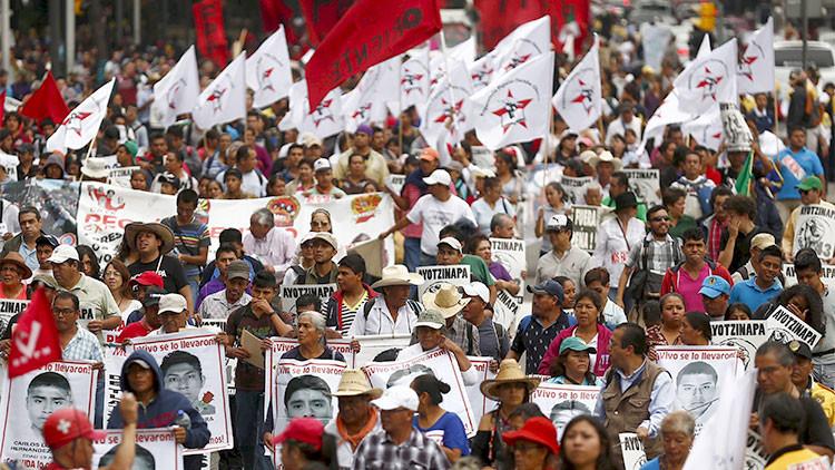México: La escuela de los 43 estudiantes desaparecidos les dedica una graduación