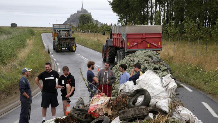 Agricultores franceses 'asedian' el monte Saint-Michel bloqueando el acceso con estiércol (VIDEO)
