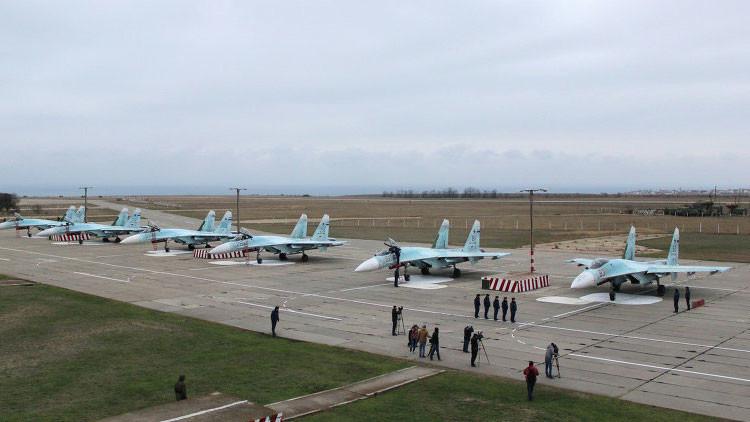 Helicópteros y cazas rusos Su-27 en las maniobras en Crimea