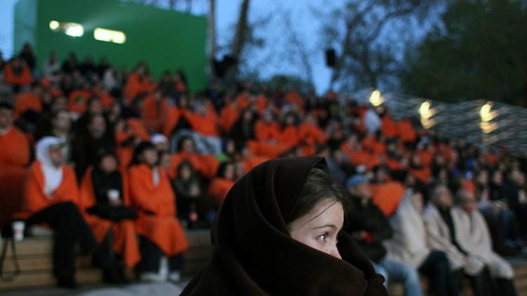 Comedia y sopa caliente: abre en Moscú el primer cine para personas sin hogar