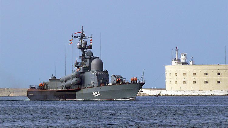 Buque portamisiles ruso sigue la pista a un destructor estadounidense en el mar Negro