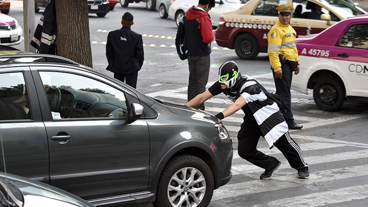 Peatonito, el superhéroe enmascarado que lucha ferozmente por los peatones en México
