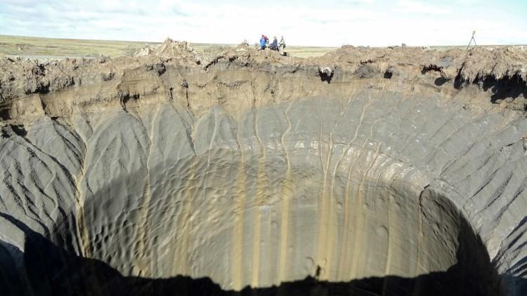 """""""Cabría un edificio de 25 plantas"""": RT desciende a los misteriosos cráteres de Siberia"""