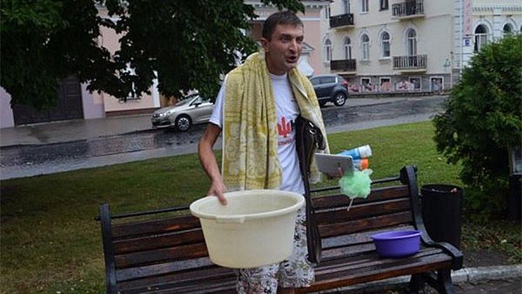 Un ucraniano desesperado por no tener agua caliente entra en su ayuntamiento y se baña en público