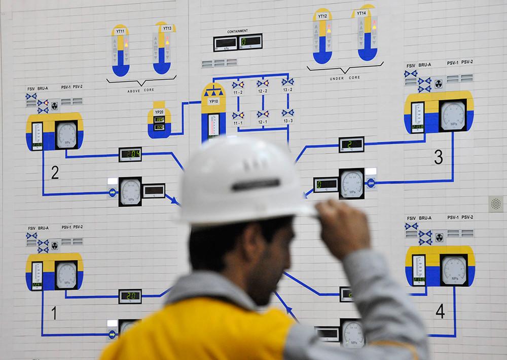 Un operador iraní controla una unidad de la central nuclear en Bushehr, 2009.