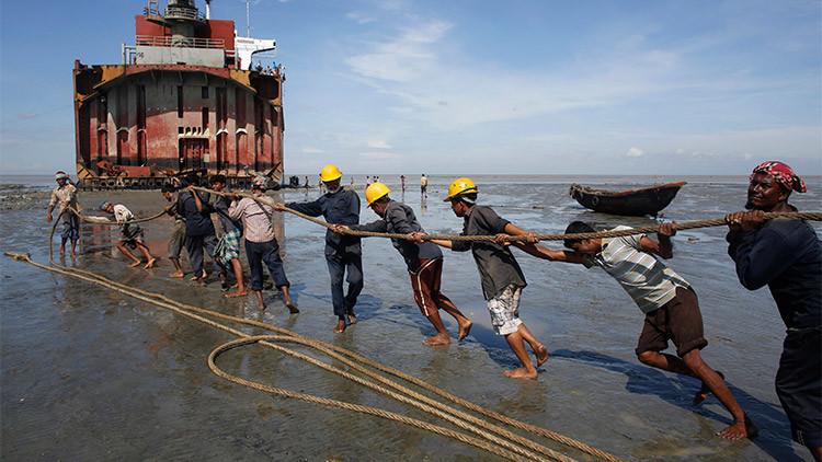 Cómo es trabajar en los 'cementerios de barcos' de Bangladés