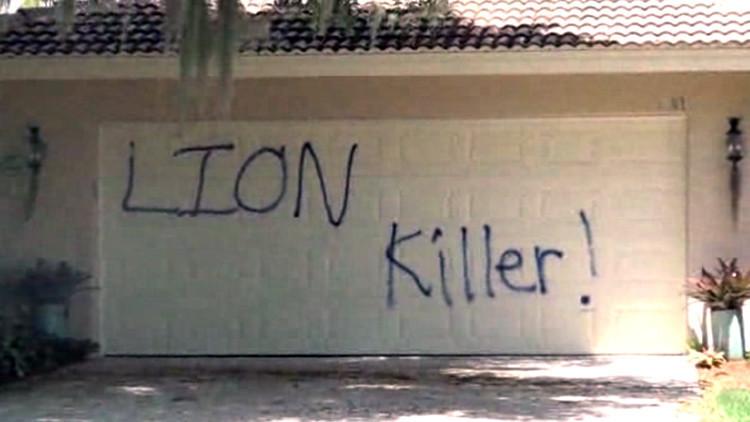 Así está la casa del dentista estadounidense que mató a león Cecil tras ser vandalizada (video)