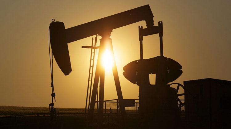 ¿Por qué caen los precios del petróleo?