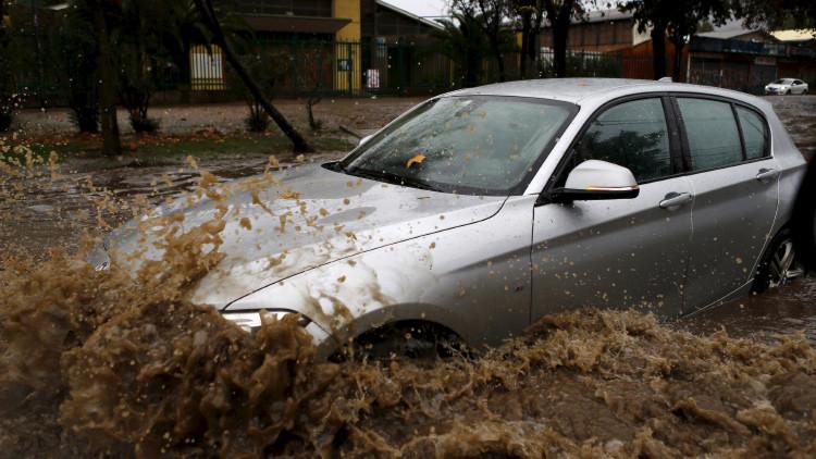 Un alcalde chileno se salva a nado de su coche atrapado por las inundaciones