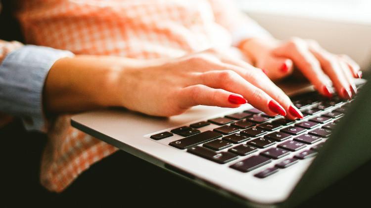 ¿Qué sucede cuando una mujer envía su novela a los agentes literarios bajo un seudónimo masculino?